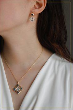 Vom Art Déco inspiriert: dieses Schmuckset aus Gold, besetzt mit Topasen und Diamanten, kreieren eine geometrisch-elegante Gelassenheit, welche Ihr Outfit sofort aufwertet! Topas, Elegant, Winter Wonderland, Diamond Earrings, Outfit, Jewelry, Fashion, Rhinestones, Gifts