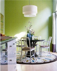 Kitchen with lime green wall // Cocina con pared verde lima