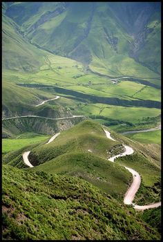 Valles Calchaquíes, Argentina . Son un sistema de valles y montañas del noroeste argentino , que se extiende de Norte a Sur por 520 km. abarcando el centro de Salta , Oeste de Tucuman y Noreste de Catamarca . Un viaje inolvidable . . .