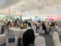 Ein Fest Raum ganz in Weiß für eines unserer glücklichen Brautpaare, mit einem Hauch Karibik Style. Dieser Style wird auch gerne für Taufen und Verlobungsfeiern verwendet #flaschcity #Veranstaltung #veranstaltungamsee #Heiraten #heiraten2021 #heirateninösterreich #HochzeitimWald #Hochzeit #hochzeitsinspiration #seehochzeit #hochzeitimfreien