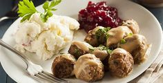 polpette rezept Kttbullar are famous Swedish meatballs with a crispy brown exterior, and light, airy and tender texture on the interior. The original recipe for the dish first appeared in Cajsa Warg's 1754 cookbook Swedish Cuisine, Swedish Dishes, Buddys Pizza, Hotdish Recipes, Toasted Ravioli, Spareribs, Food Out, Fun Food, Bratwurst