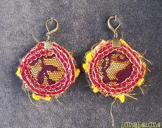 Boucles d'oreille dormeuses rondes réversibles en tissus variés jaune et orange, dentelle bordeaux et galon rouge et doré. Made by Lunabellune