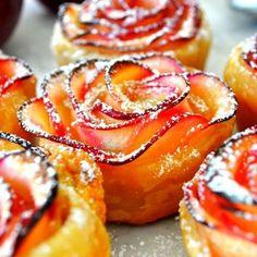 Dit heerlijk dessertje met appel lijkt ingewikkeld en moeilijk, maar eigenlijk is het kinderspel! Wat heb je nodig: appels, bladerdeeg, abrikozenconfituur, kaneel (optioneel) en citroen. Snijd de appel in fijne schijfjes. Alleen de appel, niet je vingers! Doe de schijfjes in een kom met water. Voeg het sap van een halve citroen toe. Verwarm het … Continued