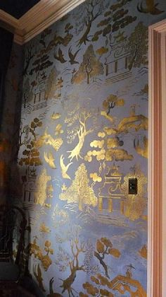 I hope a customer does something similar with our Willow Pattern stencilsGold & blue Chinoiserie walls. I hope a customer does something similar with our Willow Pattern stencils Interior Flat, Wall Murals, Wall Art, Willow Pattern, Chinoiserie Chic, Gold Chinoiserie Wallpaper, Chinoiserie Fabric, Wall Treatments, Wall Wallpaper