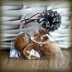 Krásný dáreček jsem dostala od kamarádky a jejích dětí. Voňavé pytlíčky - jeden s vánočním kořením a druhý s plovoucími svíčkami ve skořápkách ořechů. Vánoční koření je určené do čaje, svařeného vína či punče. Obsahuje sušenou kůru z bio pomeranče (ze které jsou vykrájené malé hvězdičky), sušené plody bezu (lze nahradit například rozinkami či křížalami), skořici a hřebíček. Lodičky ze skořápek jsou vylity voňavým voskem (např. ze zbytků svíček, ovonět lze aromatickými olejíčky), uprostřed s k... Stuffed Mushrooms, Vegetables, Ethnic Recipes, Handmade Gifts, Advent, Food, Christmas, Stuff Mushrooms, Kid Craft Gifts