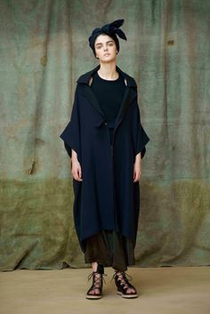 Y's Yohji Yamamoto Spring 2017 Ready-to-Wear Collection Photos - Vogue Yohji Yamamoto, Dark Fashion, Urban Fashion, Fashion Show, Fashion Outfits, Fashion Trends, Mode Cool, Japanese Fashion Designers, Mode Vintage