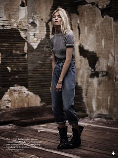 Девушкка в сером свитере и джинсах бойфренда, черные ботинки на шнуровке