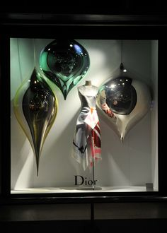 2014.10.29 wed - 本館ウインドー Dior http://isetanparknet.com/ Best christmas vm I've seen this year - simple, striking, contemporary and memorable. Very Jeff Koons