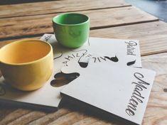 Perfekt für den Frühstückstisch! Unser individuell gestaltbarer Tischuntersetzer ist perfekt geeignet für die ganze Familie. | Laser Cut Wood Engraved Puzzle, Place Cards, Presents, Place Card Holders, Mugs, Tableware, How To Make, Layout, Products