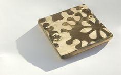 Serigrafía con efecto metalizado. Cerámica.  Physical vapour deposition. http://www.ceramicayarquitectura.com