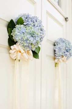 A creative idea to decorate even the doors with fresh flowers!