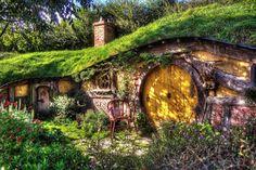 De Britse glampingorganisatie West Stow Pods in Suffolk plaatste een wel heel bijzonder project op Kickstarter. Als de financiering daarvoor rondkomt, kun je dadelijk verblijven in Tolkiens De Gouw.