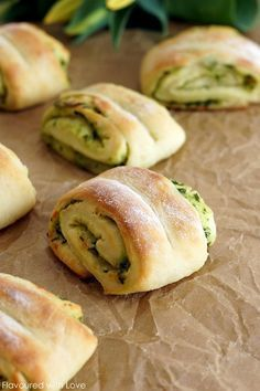 Bärlauchbrötchen Wild garlic rolls Whether freshly picked from the local forest or from the weekly market, wild garlic should not be missing in any kitchen in spring. Because with this you can not only make this tasty wild garlic tzatziki, sonde … Tzatziki, Garlic Rolls, Garlic Bread, Healthy Eating Tips, Healthy Nutrition, Wild Garlic, Snacks Für Party, Vegetable Drinks, Health Snacks