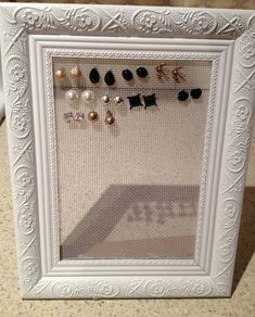 Earring organizer made of reused picture frame # picture frame # earring . - Earring organizer made of reused picture frame # picture frame # earring …. Diy Jewelry Unique, Diy Jewelry To Sell, Diy Jewelry Rings, Jewelry Stand, Jewelry Making, Jewelry Crafts, Vintage Jewelry, Jewelry Accessories, Handmade Jewelry