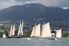 La Yole de Villefranche-sur-Mer (près de Nice, Alpes-Maritimes) naviguant sur le lac Léman avec les grandes barques à voiles latines // Site de la Yole : http://www.yolevillefranche.com/