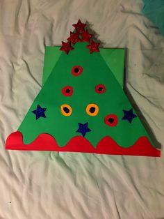 Árbol de Navidad.  1. Cartulina verde  2. Caja de zapato dorada con papel de construcción. 3. Rotos a la caja. - Se puede usar para actividad de patear colores.  - se puede usar bolitas de colores para que introduzcan en el agujero.🙃