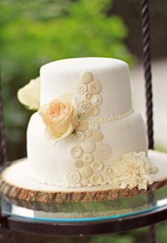 @Anna Haynes fondant buttons, and the wooden plate its on, it made me think of you!