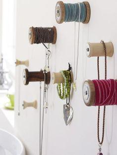 An diesen Garnrollen sind vor allem Ketten und Armbänder genau richtig aufbewahrt.