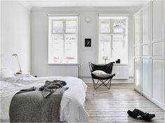 Source: Alvhem Et lille kig ind i en bolig med et gennemført monokromt look. Jeg er især vild med soveværelset, der med sine slidte trægulve tilføjer en helt særlig varme i det farveløse rum. Sengebordet er et sofabord fra HAY - jeg har det selv i hvid, og hvis jeg havde plads ved siden af....