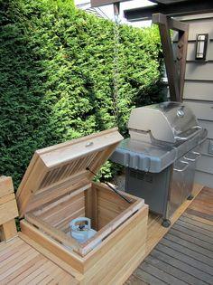 DOKONALÝ VENKOVNÍ NÁBYTEK NADCHNE KAŽDÉHO...  Když někdo umí, tak umí. Jak postavit nádherný, funkční a odolný venkovní nábytek, do kterého skryjete například ledničku, plynovou bombu nebo dokonalý úložný prostor? Podívejte se sami…  #balkon #balcony #design #home #living #furniture #nábytek #outdoor Dokonalý venkovní nábytek