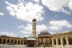 Die Große Moschee in Aleppo vor dem Krieg. Stolz erhebt sich das Minarett aus dem 11. Jahrhundert über dem Innenhof des Gebetshauses.