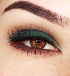 22 Eye Makeup Ideas For Brown Eyes Maquillaje verde para ojos marrones. Skin Makeup, Makeup Eyeshadow, Eyeliner, Brown Eyes Makeup, Brown Smokey Eye Makeup Tutorial, Makeup Eyebrows, Green Eyeshadow, Colorful Eyeshadow, Eyeshadow Base