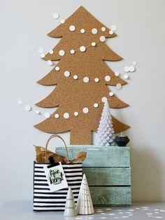 Weinig ruimte of geen zin in naalden? Maak je huis dan kerstklaar met deze alternatieve kerstboom van kurk. Alleen nog even pimpen en klaar! - #wonenvoorjou