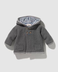 Chaqueta de bebé niño Brotes en gris con capucha Baby Boy Fashion, Toddler Fashion, Kids Fashion, Knitting For Kids, Baby Knitting, Boy Costumes, Boys Sweaters, Children's Place, Knitting Designs