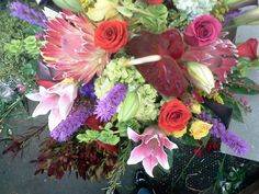 Estilo Unico. Con variedad en flores y colores que hacen un arreglo Diferente, divertido!