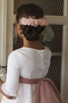 Vestido de Primera Comunión modelo Bolillos, en otomán blanco y con lazo rosa nudé cosido en los costados Confirmation Dresses, First Communion Dresses, Maria Rose, Nice Dresses, Flower Girl Dresses, Zara, Hair Day, Hair Pieces, Kids Girls