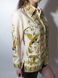 Vintage mens cream birds print Batik Keris authentic shirt. Two pockets in front. Size: 15,5 / S Measurements: Chest: 40 (102 cm) Length: 27 (69 cm) Sleeve: 23,5 (60 cm) Shoulders: 17 (43 cm) Bottom: 41 (104 cm) Great condition Made in Indonesia