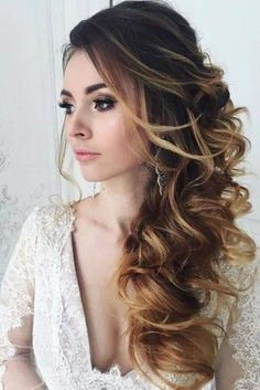 Cabelo semipreso: veja 8 penteados fáceis para festas ou dia a dia , - Vintage Wedding Hair, Wedding Hair Down, Bride Hair Down, Wedding Curls, Prom Hair Down, Strapless Dress Hairstyles, Prom Hair Styles For Strapless Dresses, Side Swept Hairstyles, Wedding Hair Inspiration