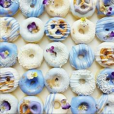 Blue and white pastel donuts! And pretzel donuts! Cute Donuts, Mini Donuts, Baked Donuts, Doughnut, Chocolate Cake Donuts, Chocolate Dipped, Melting Chocolate, Donuts Beignets, Cooking Chocolate