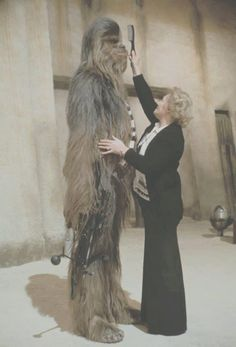 Chewbacca make up - behind the scenes photos of the Star Wars Trilogy. Images Star Wars, Star Wars Pictures, Bts Pictures, Random Pictures, Salon Pictures, Chewbacca, Ewok, Star Wars I, Por Tras Das Cameras