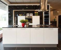 Eilandkeuken in wit hoogglans via Showroomkeukens