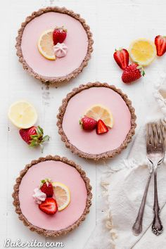 """These No Bake Strawberry Lemonade Tarts have a raw """"graham cracker"""" style crust filled with a super refreshing strawberry lemonade filling. These are SO good frozen on a hot day and they're gluten-free, paleo and vegan. Fancy Desserts, Vegan Desserts, Plated Desserts, Tart Recipes, Dessert Recipes, Vegan Tarts, Strawberry Lemonade, Strawberry Tarts, Mini Fruit Tarts"""