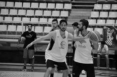 Fuentes espera el movimiento, Marín acecha. Ramón Carbonell (Scoutbasketball) sostiene el balón bajo el brazo. Sumido en sus pensamientos en el banquillo el Director Deportivo Miguel Médicis. A Lucentum le faltan tres pívots para completar la plantilla. 28 de agosto #baloncesto #AdeccoPlata #Lucentum #Alicante #basket