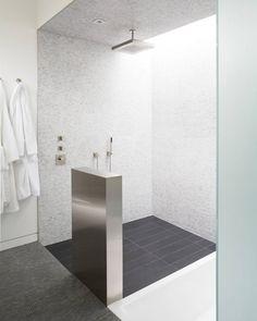 .Strakke, lichte badkamer met verschillende tegels en een mooie stortdouche. #badkamer #bathroom