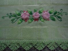 verde com bordados com flores