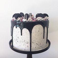 • Oreo Layered Cake • con corazón de Nutella. Y agregado de sprinkles rosas para cumple de 15 años  Pedidos y consultas  contacto@kekukis.com.ar #oreo #nutella #cake #drip #kekukis #pastry