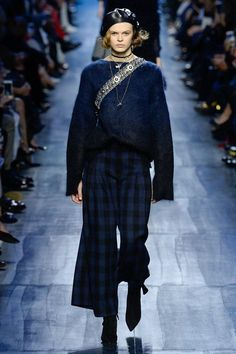 Christian Dior Fall 2017 Ready-to-Wear Collection Photos - Vogue Fashion Week Paris, Fashion 2017, Runway Fashion, Trendy Fashion, High Fashion, Winter Fashion, Fashion Outfits, Fashion Trends, Vogue Fashion