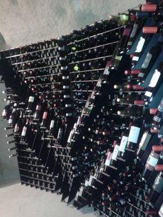 #Portabottiglie in acciaio Esigo 2 Net con singoli espositori per esporre al meglio le bottiglie --- Steel #winerack Esigo 2 Net with single #wine bottle holders which display your bottles perfectly.