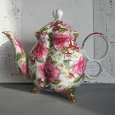 Brocante theepot bezaaid met rozen....High Tea??