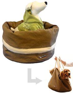 ドゥドゥバッグ(犬のキャリーバッグ)  いつものベッドがキャリーバッグに変身、そのままお出かけもできるユニークな発想のフランスのTOPZOO社の製品です。コットン製で重さは850gと軽く、飛び出し防止用のリード フックも付いております。内部にはかわいいクッション付です。ご自宅で、旅先で、車の中で、愛犬が慣れ親しんだドゥドゥバッグでお出かけください。