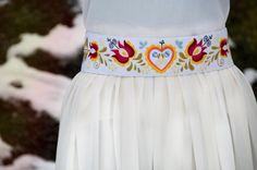 Ahojte milé Sashenky ❤️,  veru tak, v týchto dňoch moja skromná značka Folková oslavuje prvé narodeniny. Utieklo to rýchlo, no uvedomila som si to až dnes, keď som pozerala svoj priečinok v počí... Folklore, Pastel Belts, Folk Fashion, Womens Fashion, Applique, Braids, Cross Stitch, Embroidery, Wedding Dresses