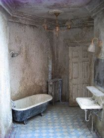 Love this dirty bathroom for my abandoned haunted dollhouse Haunted Dollhouse, Haunted Dolls, Dollhouse Miniatures, Dollhouse Ideas, Haunted Houses, Abandoned Houses, Abandoned Places, Abandoned Mansions, Halloween Miniatures
