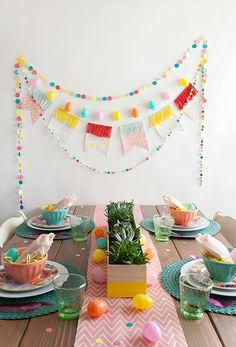 Easter is just around the corner, so if you haven't already, it's time to plan brunch (or dinner). And… day backdrop TELL: DIY EASTER BRUNCH - Tell Love and Party Ostern Party, Diy Ostern, Diy Easter Decorations, Birthday Decorations, Easter Centerpiece, Diy Osterschmuck, Diy Crafts, Brunch Decor, Brunch Table