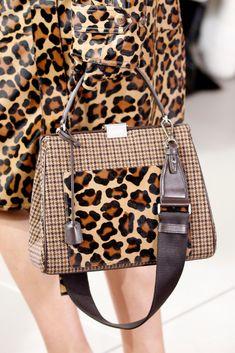 Details at Michael Kors Collection RTW Fall 2018 Animal Print Fashion, Fashion Prints, Cheetah Print Outfits, Leopard Bag, Diy Handbag, Autumn Fashion 2018, Michael Kors Collection, Handbags Michael Kors, Fashion Bags
