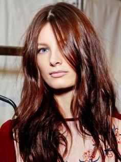 couleur acajou cheveux, cheveux longs et messy