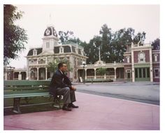 This Is What Disneyland's Opening Day Looked Like In 1955 Walt Disney, seemingly in deep thought, sits alone on a bench in his Disneyland amusement park. Retro Disney, Disney Love, Disney Magic, Disney Disney, Disney Stuff, Disney Theme, Disney Tips, Disney Princess, Disneyland Vintage
